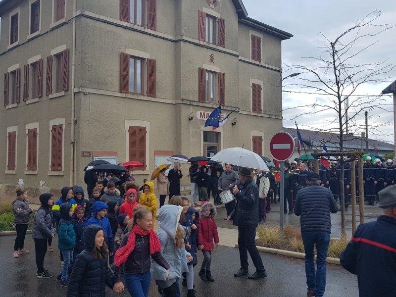 Petits et grands défilent dans Dompierre